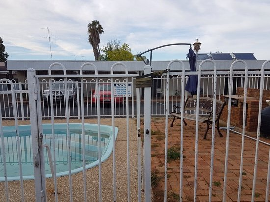 Parkes, Australia: pool security