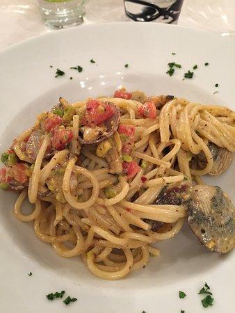 Pomaia, Italia: Pasta con pistacchi, pomodorini e vongole