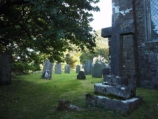 Dittisham, UK: Graves in the churchyard