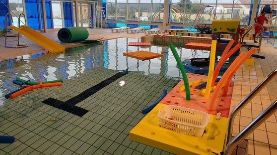 Peyriac-Minervois, Francja: mise en place de jeux et matériel pédagogique pour les activités enfant: bébé nageur, jardin d'é