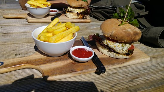 Encounter Bay, Australien: Delicious $10 mid-week special burger