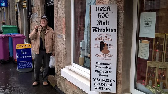 Tomintoul, UK: Quick stop at whisky castle, huge sortiment of good products