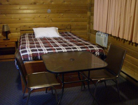 Valemount, Canada: bed & table