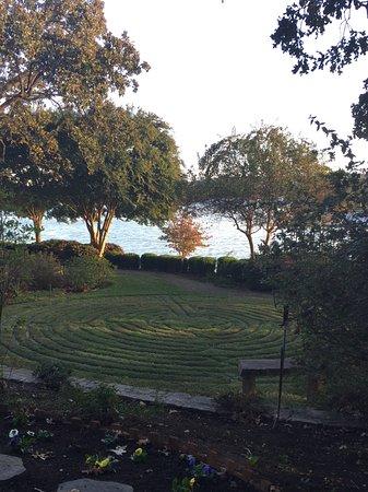 لوكاوت بوينت ليكسايد إن: A view of the labyrinth in the garden on the shores of Lake Hamilton.