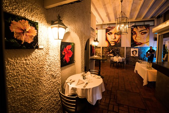 Holetown, Μπαρμπάντος: Dine in the Courtyard at The Mews Restaurant!