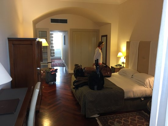 Grand Hotel Piazza Borsa: Small suite but not so small for Europe
