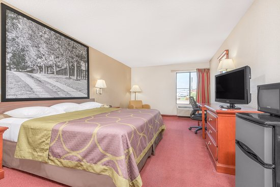 Super 8 Vincennes: Our King Bedroom