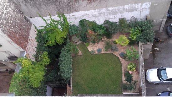 Le petit jardin intérieur vu du 6ème étage - Photo de Ibis Styles ...