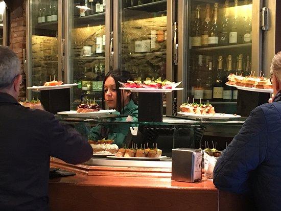 Irati Taverna Basca: カウンター。自分で取って食べれるのでいちいち注文しなくても大丈夫。