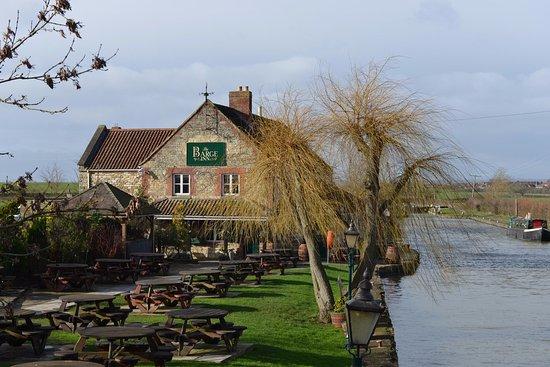 Seend, UK: Barge Inn: plenty of seats outside too