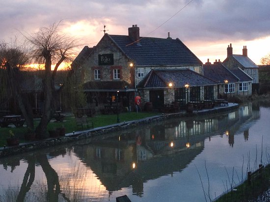 Seend, UK: Barge Inn at dusk.