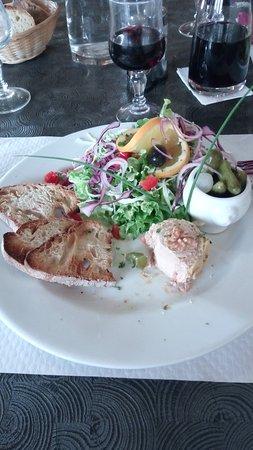 Martel, Fransa: Entrée bouchée (ce n'est pas le nom exact) de foie gras et salade / pain grillé