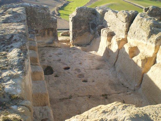 Garcinarro, Ισπανία: La estancia principal del yacimiento donde se observan hornacinas excavadas en la roca.