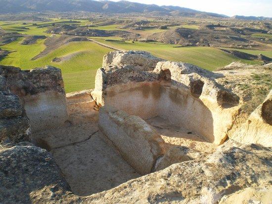 Garcinarro, Ισπανία: Yacimiento de La Cava con el valle y la sierra de Altomira al fondo.