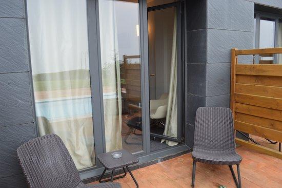 Mutriku, สเปน: terracita a pie de habitacion, pero faltan visillos