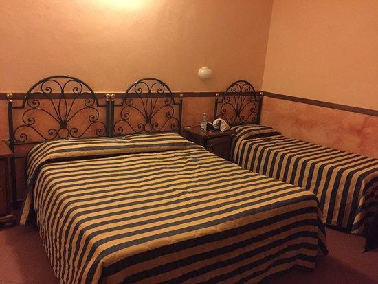 Hotel Monica: Questa è la stanza che ci è stata assegnata,calda, confortevole e pulita. Per essere un 2 stelle