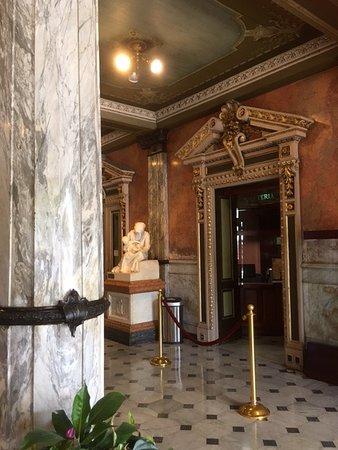 Teatro Nacional Costa Rica: El lobby del teatro, excelente
