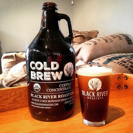 Whitehouse Station, نيو جيرسي: Growlers to take your cold brew home with you