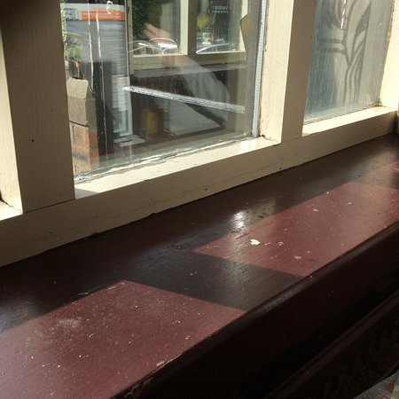 Stretton, UK: The whole window ledge is filthy.