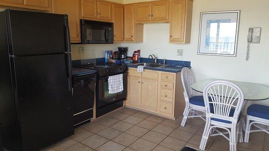 Surf Suites Motel: Kitchen