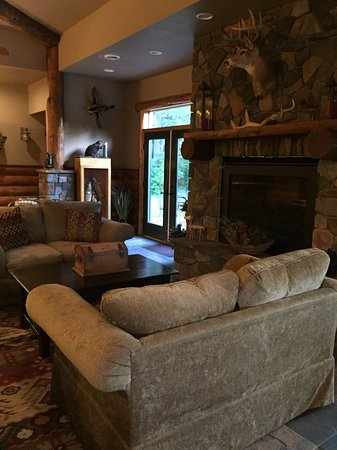 Birchwood, Висконсин: Comfy couches in front of Lodge fireplace