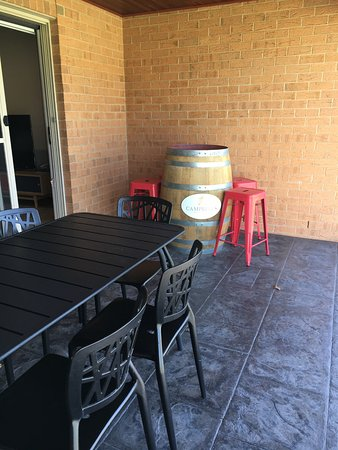 Howlong, Australia: Outdoor dining and verandah