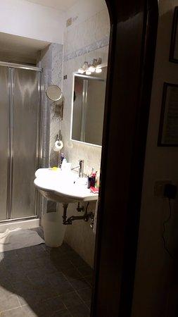 Hotel Collodi: Banheiro bastante espaçoso. Sem nenhuma reclamação!