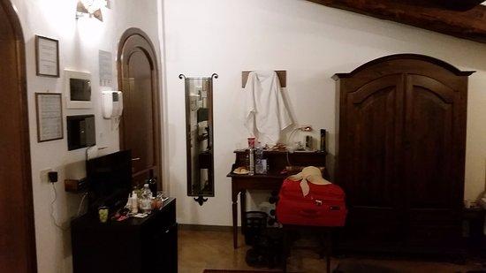 Hotel Collodi: Porta do quarto, guarda roupas e TV (que nem foi ligada, afinal para que TV em Florença?).