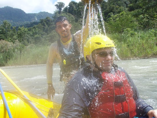 Dominical, Costa Rica : Luis having fun with one of our group during rafting!
