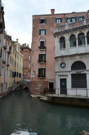 Residence Corte Grimani: Dependendo da maré pode-se chegar ao hotel direto com um barco taxi.