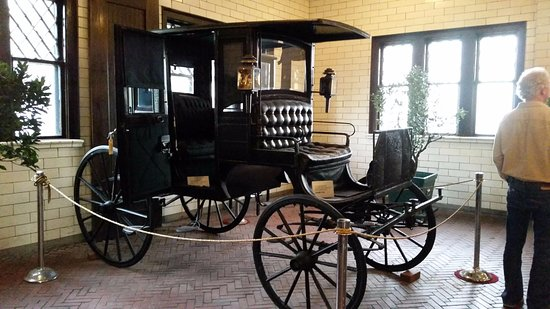 Glensheen, The Historic Congdon Estate: Carriage in the waiting area. An interesting movie plays here .