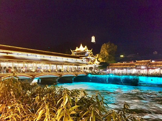 Dujiangyan, China: It was a nice panoramic taking a stroll enjoying the beauty of the old town. Lots of local delic