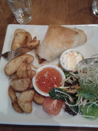 Richmond, Nueva Zelanda: Chicken, brie and cranberry filo pastry parcel with wedges, salad, sweet chilli sauce and sour c