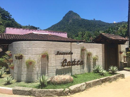 Pousada Cauca: Entrada de la Posada, con la vista del Cerro Papagallo al fondo