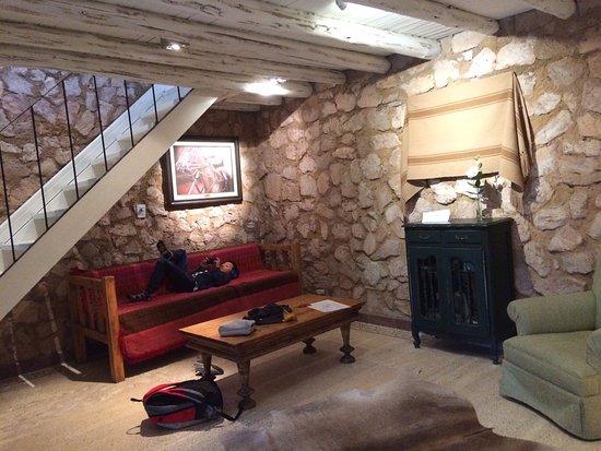 Finca Adalgisa Wine Hotel, Vineyard & Winery: sala de la habitacion con sofa cama