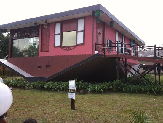 Tamparuli, Malásia: Rumah Terbalik