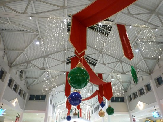 Tupelo, MS: Christmas decorations in the food court