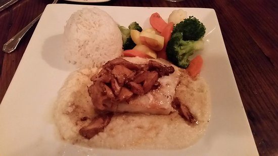 Congers, Estado de Nueva York: Sea bass special, over puree cauliflower...nice.