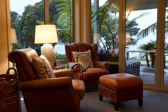 Marlborough Region, Selandia Baru: Comfortable lounge chairs overlooking the water