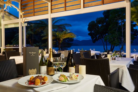 Marlborough Region, Selandia Baru: Outdoor dining overlooking the water