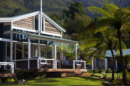 Marlborough Region, New Zealand: Raetihi Lodge lounge deck overlooking the water