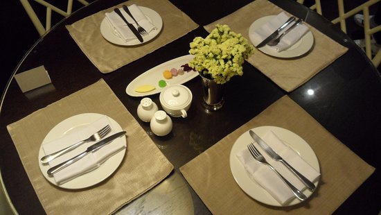 Oriental Residence Bangkok: 웰컴 푸드와 식탁