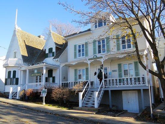 Outside of desjardins 39 house picture of maison alphonse for Assurances maison desjardins