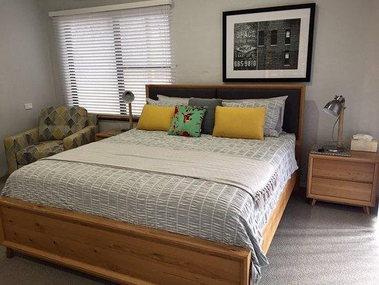 Merredin, Australia: King size bed in Yanga Cottage