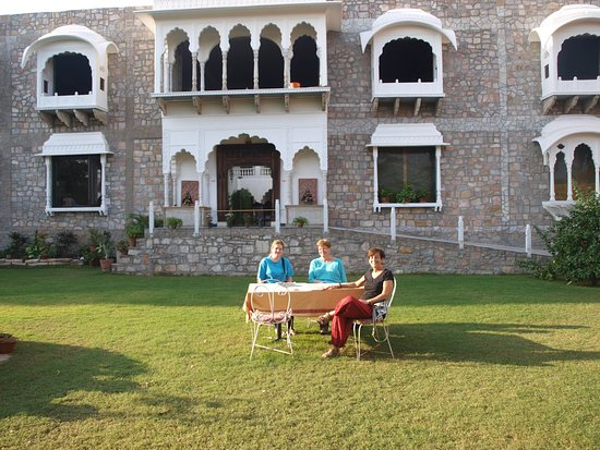 Rajasthan Palace Hotel: Czech travellers in the garden