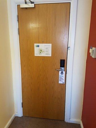 Holiday Inn Express London Croydon: The 2 hole door.