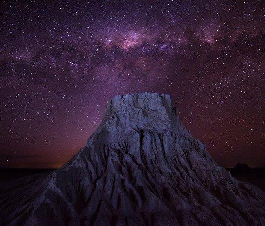 Mungo National Park: mungo mound and milky way