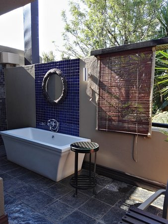 The Residence Boutique Hotel: Seconde salle de bain en extérieur.