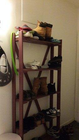 Crafoord Place: Полка для обуви в коридоре хостела