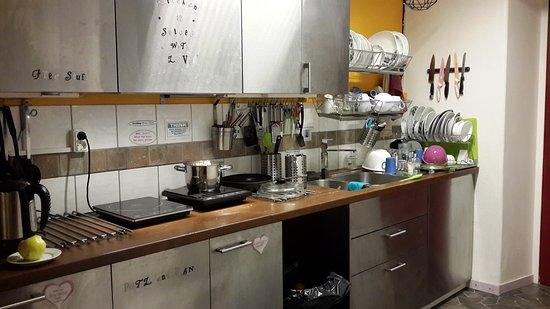 Crafoord Place: Кухня хостела. Здесь есть всё необходимое. И даже больше. :)